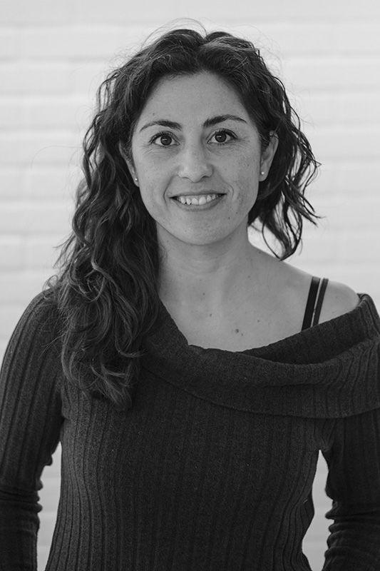 Raquel es psicologa y tiene una empresa que se llama EnBrazos, y se dedican a la selección de personal, niñeras, y esta alojada en Freeland