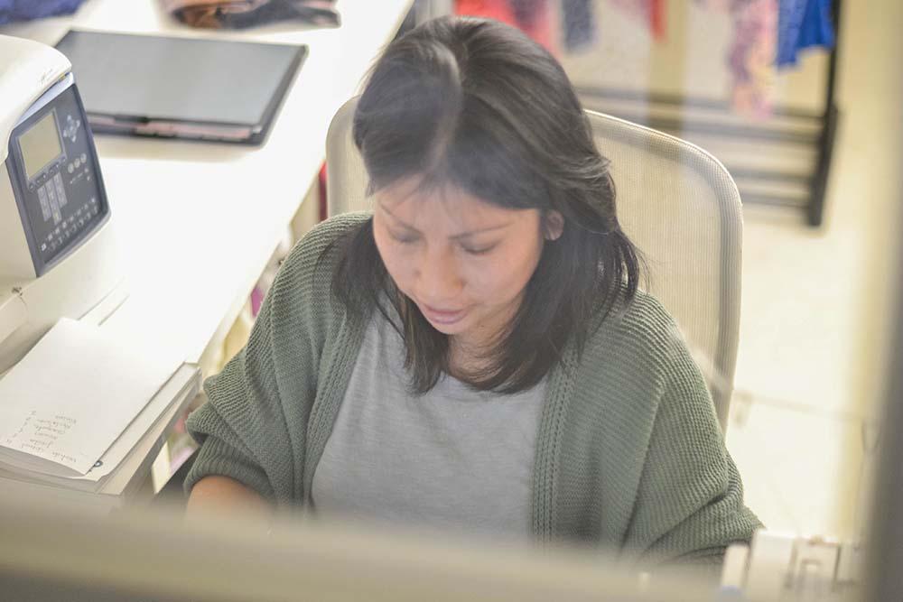 Delia Yupa trabajando en el aterlier en Freeland
