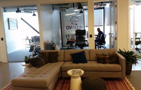 Espacio común del espacio de coworking Galvanize. Despachos individuales y zonas de descanso