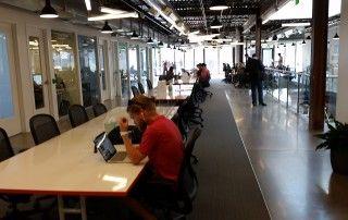 Coworkers trabajando en zonas de trabajo flexible