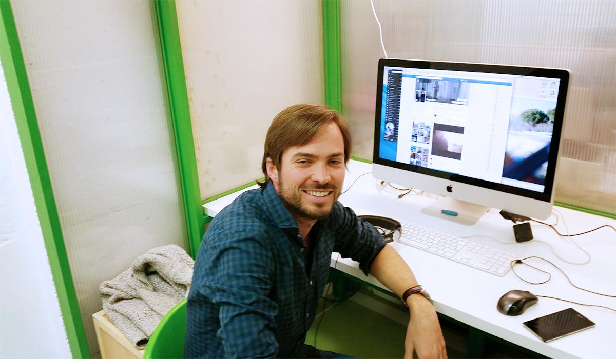 Autónomo trabajando en Freeland Coworking en una Green Cabin