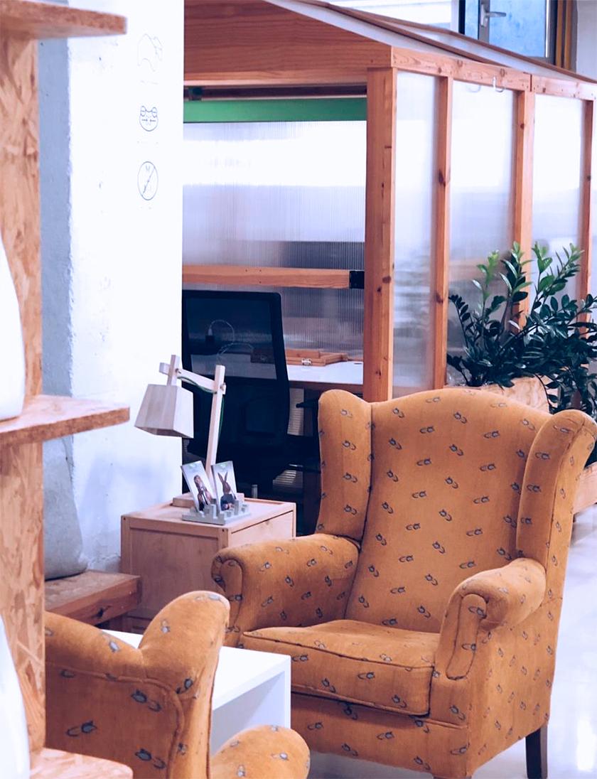 Zona de trabajo en el espacio de coworking Freeland en Madrid, donde salen dos butacas para reunirse de manera acogedora, cercana. De fondo sale el mobiliario original diseñado por Freeland para trabajar. En la foto sale el modelo Green Cabin.