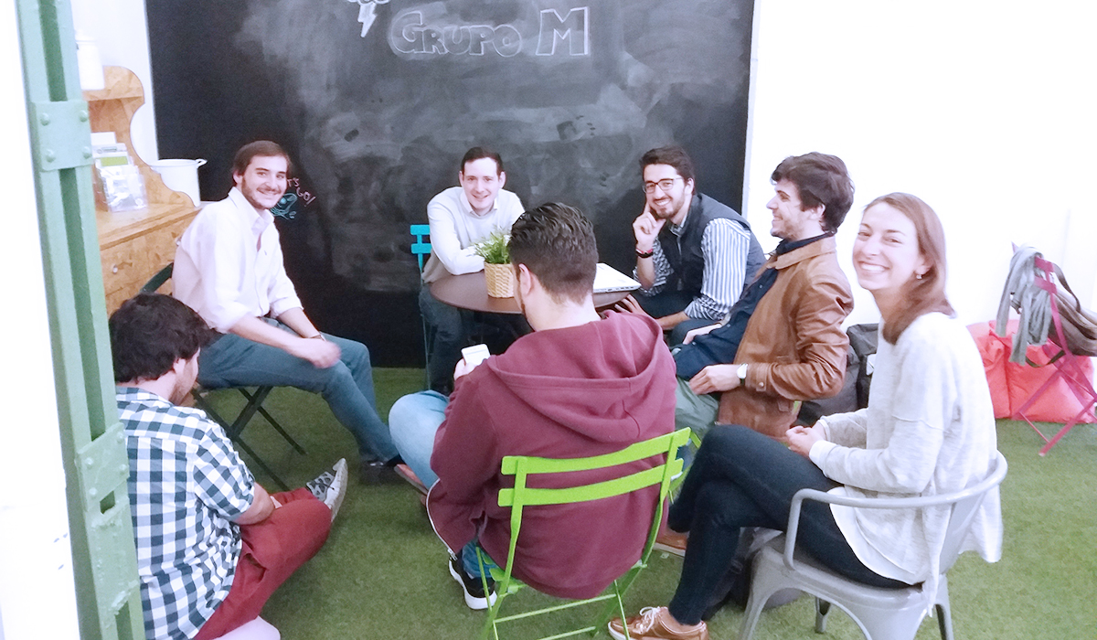 Siete miembros de la Startup tecnológica Tu Parroquia se reúne en una de las zonas disponibles para emprendedores y freelance en el espacio de coworking Freeland en Madridtrabajando en Freeland