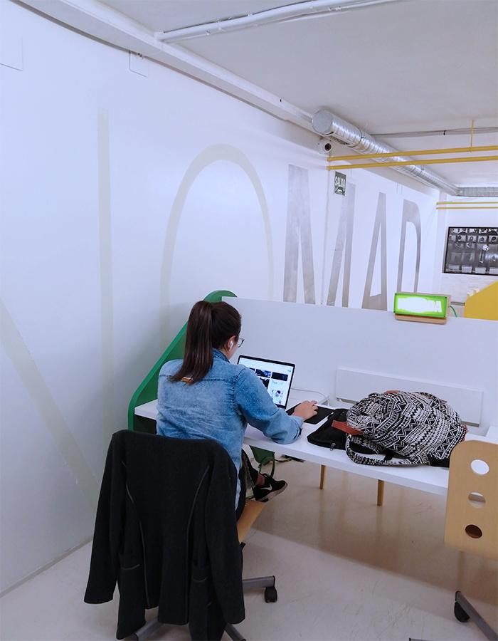 mujer freeland trabajando en Freeland Coworking, espacio coworking