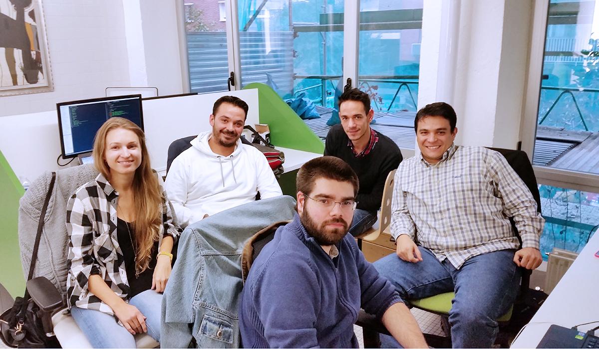 Cinco miembros de la startup tecnológica Tutellus posan mientras trabajan en el espacio de coworking Freeland en Madrid