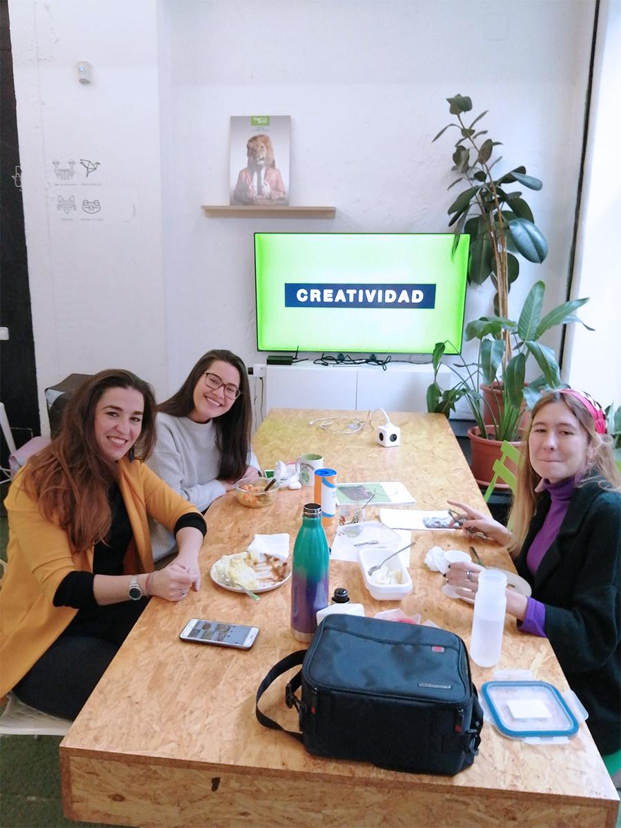 tres mujeres emprendedoras comiendo en Freeland Coworking