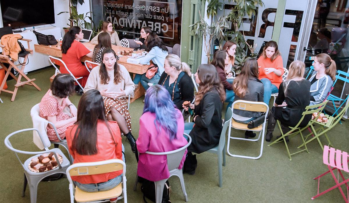 Grupo de emprendedoras colaborando en Freeland Coworking