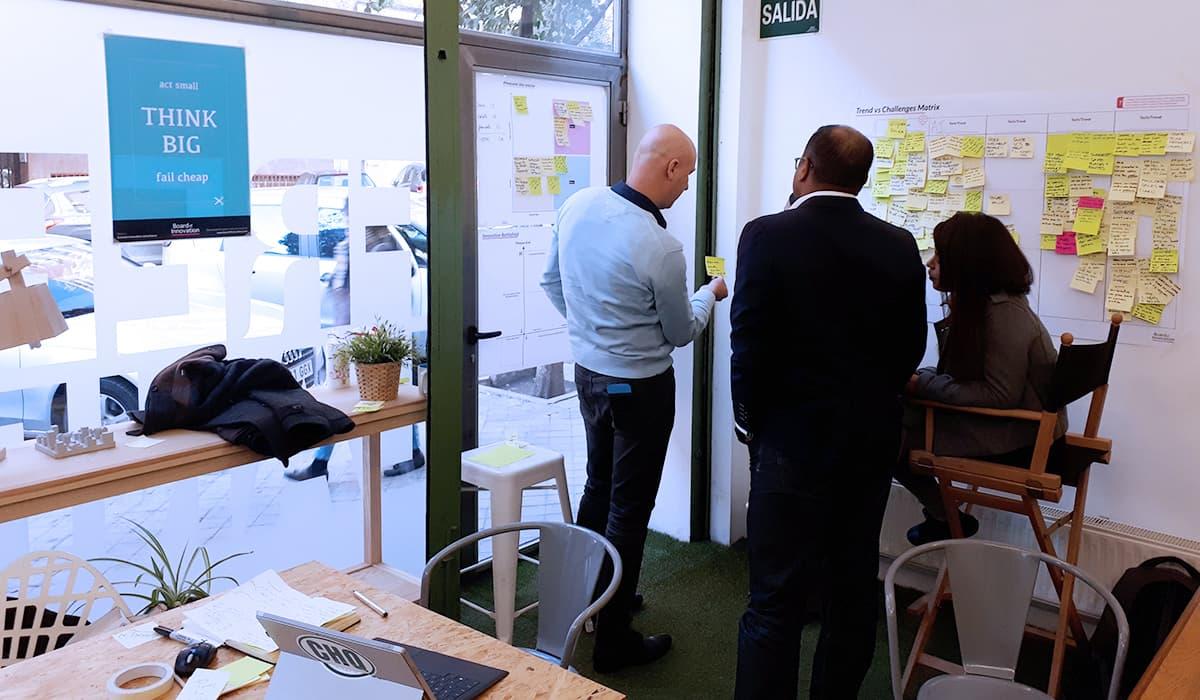 Una de las características del coworking es su versatilidad para realizar distinto tipo de actividades como es este taller de Innovación organizado en Freeland Coworking Madrid por la empresa Board of Innovation. Varios participantes en el taller salen colaborando y usando postits y medios gráficos para compartir sus ideas mientras los pegan en la pared