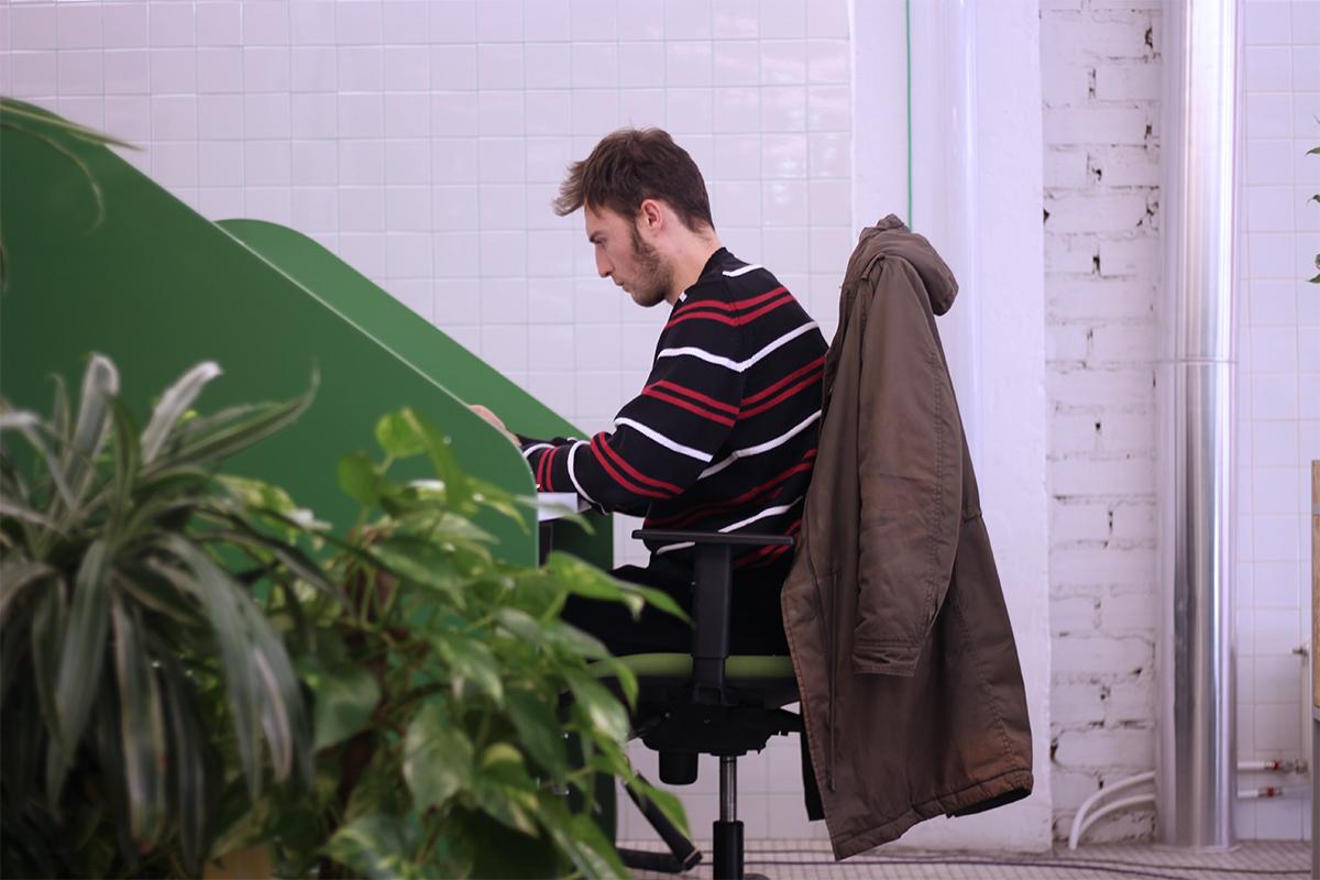 Coworker trabajando en una mesa de color verde que se llama Little House