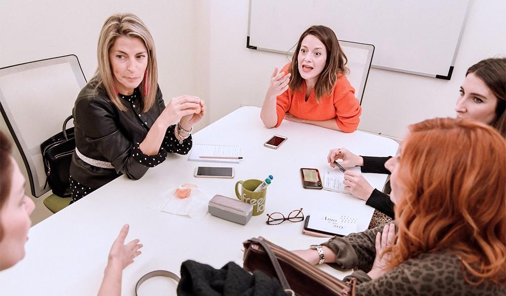 Mujeres emprendedoras trabajando juntas en Freeland Coworking Madirid