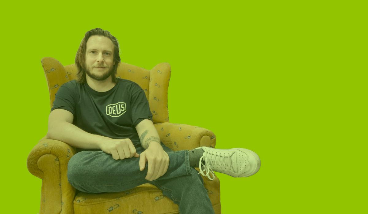 Mike sentado en un sillón sujetando una pierna con una mano en Freeland Coworking